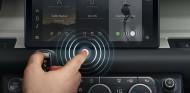 Jaguar Land Rover desarrolla una pantalla multimedia anticoronavirus - SoyMotor.com