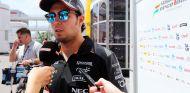 Sergio Pérez atendiendo a la prensa en el paddock de Barcelona - LaF1