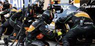 Los mecánicos de Force India cambiando los neumáticos a Sergio Pérez - LaF1
