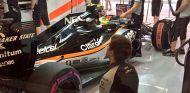 Pérez en el box de Force India durante el GP de Abu Dabi - LaF1