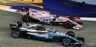 Pérez y Hamilton durante el GP de Singapur 2017 - SoyMotor.com