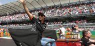 Sergio Pérez saludando a su afición durante el Driver's Parade del GP de México - LaF1