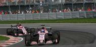 Pérez y Ocon durante un Gran Premio esta temporada - SoyMotor.com