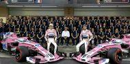 Esteban Ocon y Sergio Pérez en la foto de familia de Force India - SoyMotor