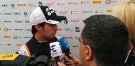 Sergio Pérez hablando con los medios en el Circuit de Barcelona-Catalunya - LaF1