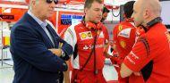 Piero Ferrari junto a Simone Resta en los test de Baréin - LaF1