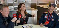 La reportera Natalie Pinkham y Daniel Ricciardo en 2014 - SoyMotor.com