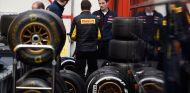 Miembros de Toro Rosso hablando con responsables de Pirelli - LaF1