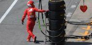 Mecanico de Ferrari junto a neumáticos Pirelli - SoyMotor.com