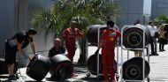 Mecánicos de Ferrari junto a neumáticos Pirelli - SoyMotor.com