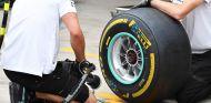 Mecánicos de Mercedes con un neumático Pirelli - SoyMotor