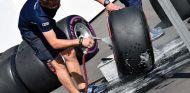 Mecánico de Sauber con neumático superblando - SoyMotor.com