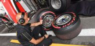 Ingeniero de Pirelli en Spa con el neumático superblando - SoyMotor.com
