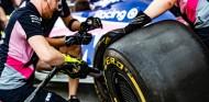 Mecánicos de Racing Point durante una práctica de pit-stop - SoyMotor.com