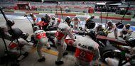 Pit stop de Jenson Button en la India - LaF1