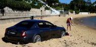 Aparca su Maserati en la playa para jugar al golf - SoyMotor.com