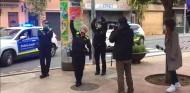 Policías de Montcada i Reixac felicitan a un niño en su aniversario - SoyMotor.com