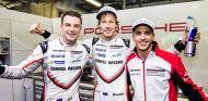 Bamber (izqd), Hartley (centro) y Bernhard (dcha.) celebran la pole en Fuji - SoyMotor