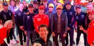 Mark Webber hace un 'selfie' con los pilotos en el escenario central - SoyMotor