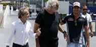 Alain Prost, Flavio Briatore y Carlos Sainz durante un GP esta temporada -SoyMotor.com