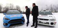 Ford Focus RS y Subaru WRX STI posan juntos al lado de sus dos pilotos - SoyMotor