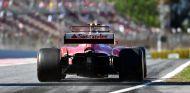 Räikkönen practica una salida al final del pit-lane del Circuit de Barcelona-Catalunya - SoyMotor.com