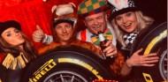 Räikkönen, disfrazado de mono, el alma de la fiesta de Alfa Romeo - SoyMotor.com