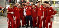 Kimi Räikkönen, arropado por los trabajadores de Ferrari - LaF1