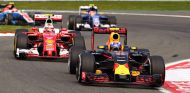 Kimi Räikkönen persigue a Max Verstappen - SoyMotor
