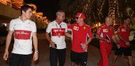 Kimi Räikkönen (centro) y Charles Leclerc (izq.) – SoyMotor.com
