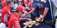Kimi Räikkönen firma a sus aficionados – SoyMotor.com
