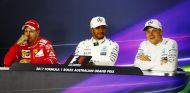 Hamilton con Vettel a su derecha y Bottas a su izquierda – SoyMotor.com