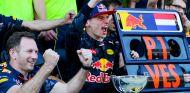 Verstappen celebra la victoria con Horner - LaF1