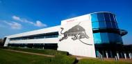 Nace Red Bull Powertrains, un gran taller en el edificio 8 de la fábrica - SoyMotor.com