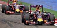 Daniil Kvyat, perseguido por Daniel Ricciardo - LaF1