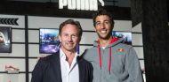 Horner y Ricciardo posan delante del logotipo de su nuevo socio: PUMA - LaF1