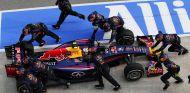 Momento en el que los mecánicos de Red Bull empujaban el RB10 de Ricciardo - LaF1
