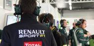 Ingeniero de Renault en el box de Caterham - LaF1
