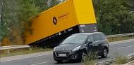 Accidente de un camión de Renault que iba rumbo a Hungaroring - SoyMotor.com