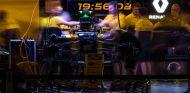 Garaje de Renault con el RS17 de Carlos Sainz en Austin - SoyMotor.com