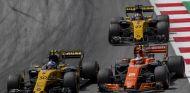 Vandoorne peleando con los dos Renault - SoyMotor.com
