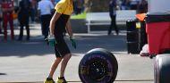 Mecánico de Renault con neumático Pirelli ultrablando - SoyMotor.com