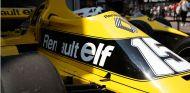 Renault sube a Arnoux en su RS01 por su 40º aniversario - SoyMotor.com