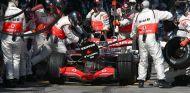 Fernando Alonso repostando con McLaren en 2007 - LaF1.es