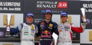 Valtteri Bottas (2º) junto a Daniel Ricciardo (1º) en un podio del año 2008 - SoyMotor