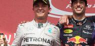 Daniel Ricciardo posa en el podio junto a Nico Rosberg tras vencer en Montréal - LaF1