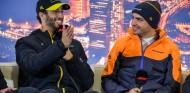 Daniel Ricciardo y Carlos Sainz en el Circuit de Barcelona-Catalunya - SoyMotor.com