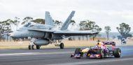 Ricciardo se mide con un caza del ejército australiano