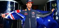 Daniel Ricciardo con la bandera australiana - LaF1