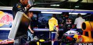 Daniel Ricciardo subido en el RB11 en el box de Red Bull en Baréin - LaF1
